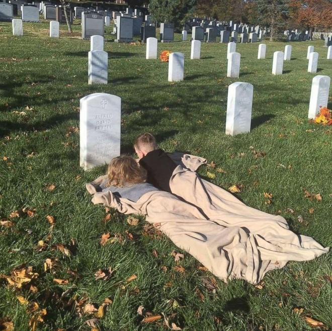 Có nhà không ngủ, cậu bé mang chăn đến nghĩa trang lạnh lẽo ngủ thật ngon bởi lý do cảm động - Ảnh 7.