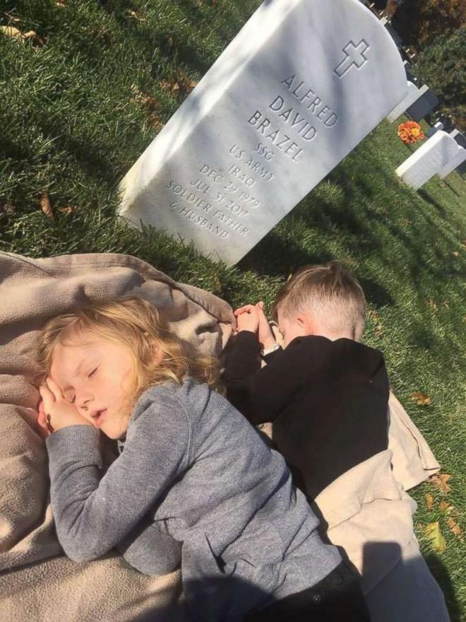 Có nhà không ngủ, cậu bé mang chăn đến nghĩa trang lạnh lẽo ngủ thật ngon bởi lý do cảm động - Ảnh 6.
