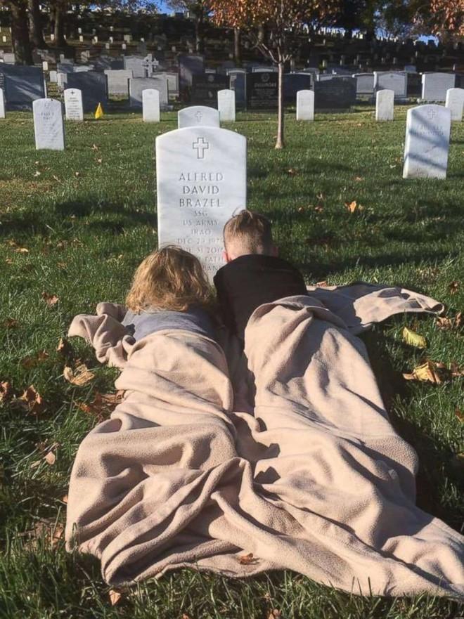 Có nhà không ngủ, cậu bé mang chăn đến nghĩa trang lạnh lẽo ngủ thật ngon bởi lý do cảm động - Ảnh 5.