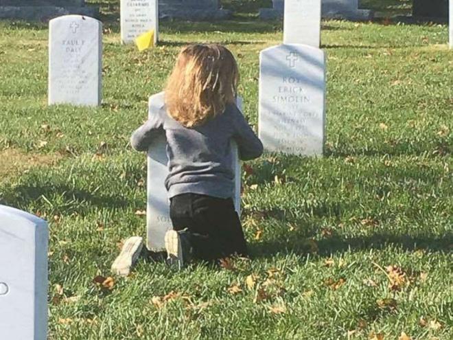 Có nhà không ngủ, cậu bé mang chăn đến nghĩa trang lạnh lẽo ngủ thật ngon bởi lý do cảm động - Ảnh 8.