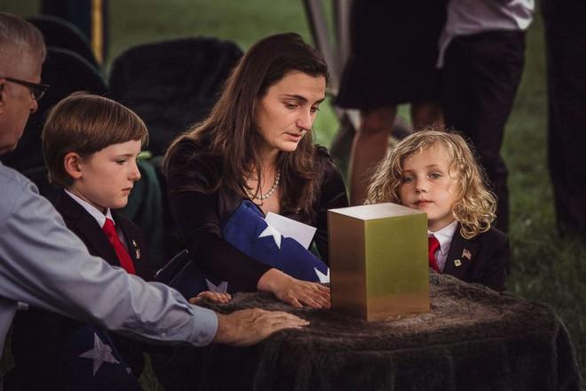 Có nhà không ngủ, cậu bé mang chăn đến nghĩa trang lạnh lẽo ngủ thật ngon bởi lý do cảm động - Ảnh 3.