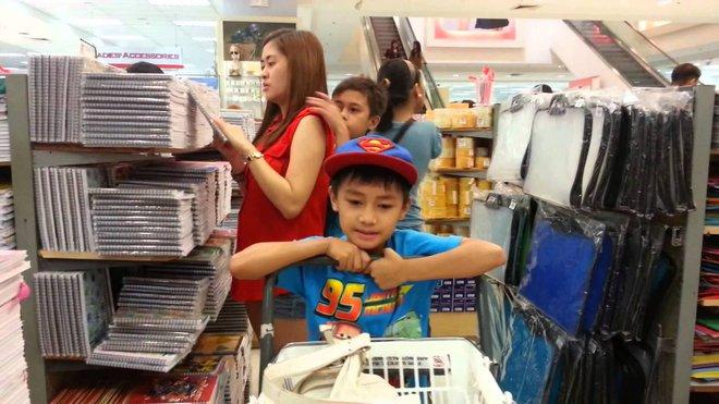 """Mùa tựu trường: Bố mẹ nên ngừng than vãn """"đắt thế"""" trước mặt con khi mua dụng cụ học tập, sách vở - Ảnh 1."""