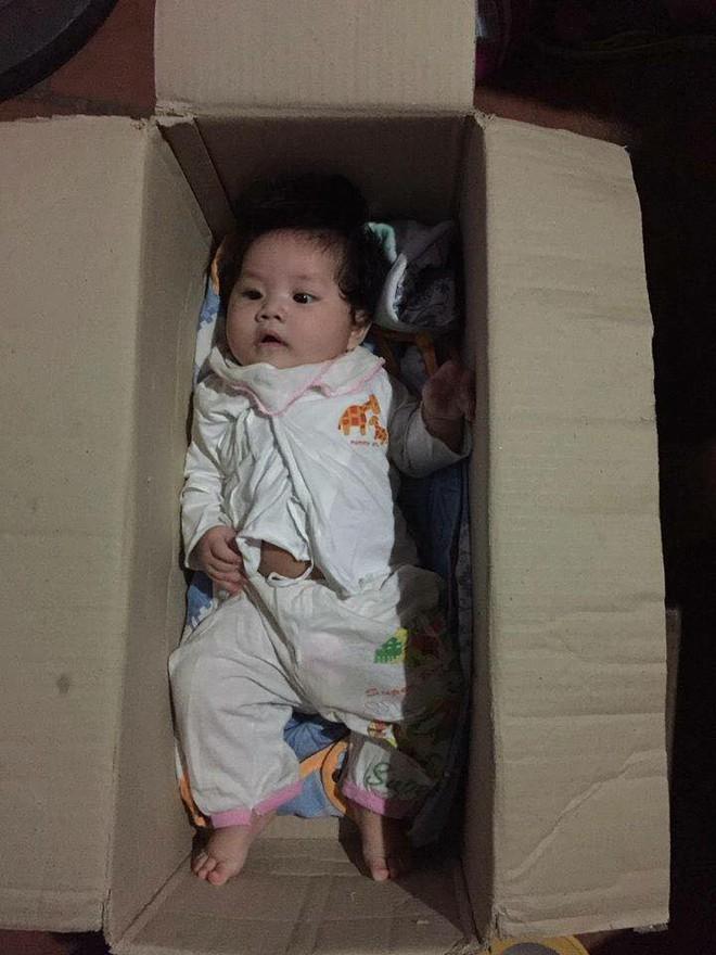 Hà Nội: Bé gái khoảng 5 tháng tuổi bị bỏ rơi trong thùng carton cùng quần áo, bỉm sữa 1