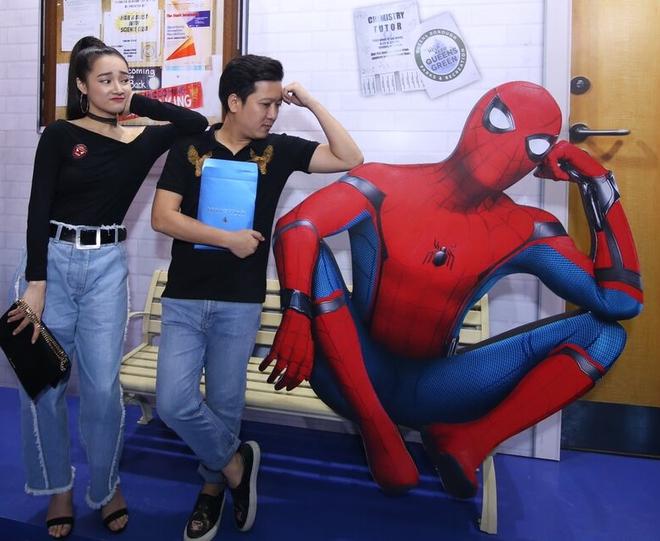 Trường Giang, Nhã Phương nhí nhảnh mặc đồ đôi đi gặp Người Nhện - Ảnh 3.