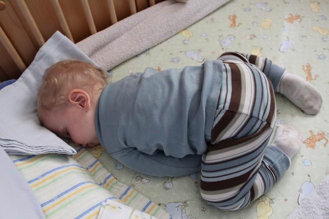 """Đứa trẻ nào cũng thích ngủ """"chổng mông, sấp mặt"""", vì sao vậy nhỉ? - Ảnh 3."""