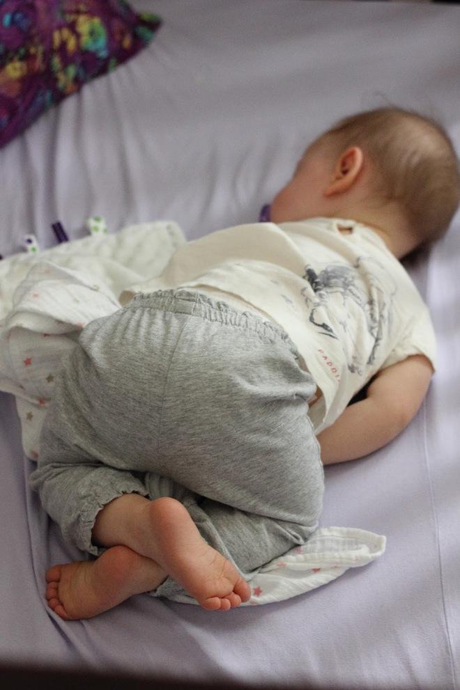 """Đứa trẻ nào cũng thích ngủ """"chổng mông, sấp mặt"""", vì sao vậy nhỉ? - Ảnh 2."""