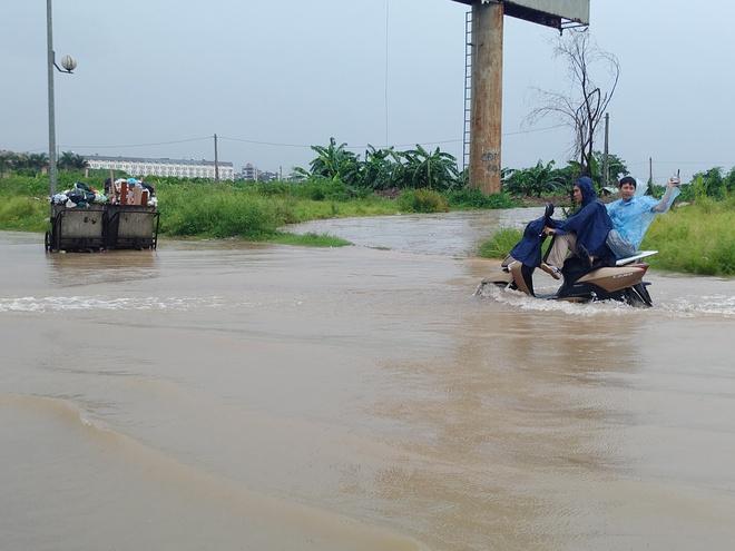 Hà Nội: Nhiều chung cư, khu đô thị bị cô lập vì nước ngập lớn  - Ảnh 2.