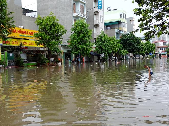 Hà Nội: Nhiều chung cư, khu đô thị bị cô lập vì nước ngập lớn  - Ảnh 12.