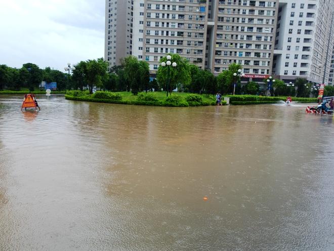 Hà Nội: Nhiều chung cư, khu đô thị bị cô lập vì nước ngập lớn  - Ảnh 3.