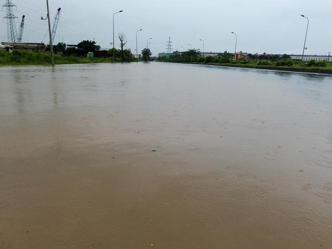 Hà Nội: Nhiều chung cư, khu đô thị bị cô lập vì nước ngập lớn  - Ảnh 7.
