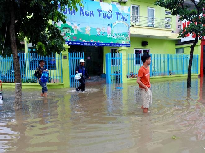 Hà Nội: Nhiều chung cư, khu đô thị bị cô lập vì nước ngập lớn  - Ảnh 18.