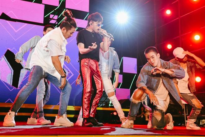 Sơn Tùng M-TP khiến fan phát cuồng vì biểu cảm nhắng nhít cực yêu - Ảnh 2.