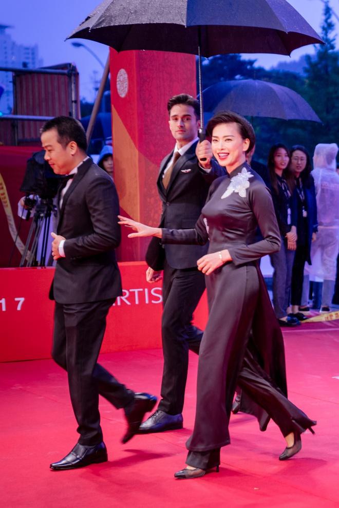 Ngô Thanh Vân cùng hội mỹ nhân Cô Ba Sài Gòn diện áo dài nổi bật trên thảm đỏ LHP Busan - Ảnh 1.