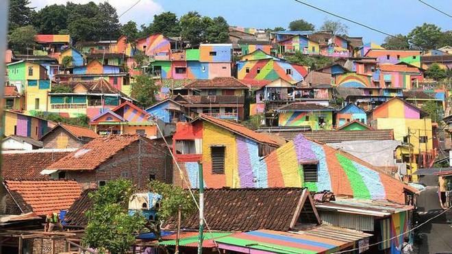 Ngôi làng như khu ổ chuột bỗng hóa thành cầu vồng chốn trần gian vì ý tưởng vô cùng độc đáo - Ảnh 11.