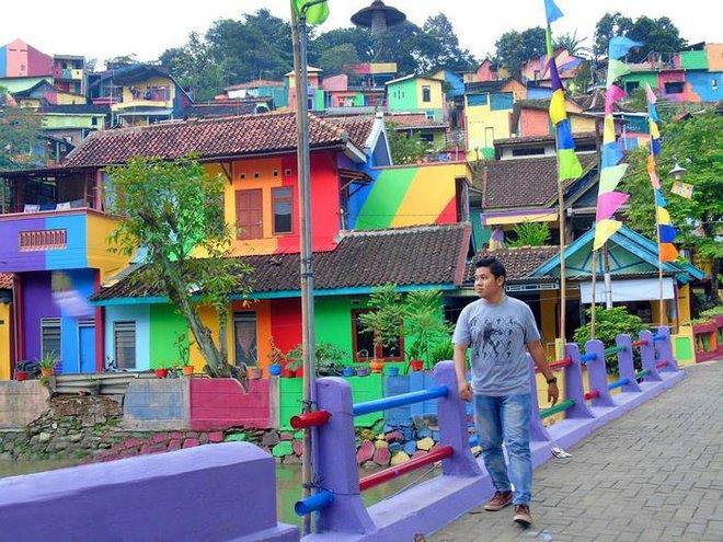 Ngôi làng như khu ổ chuột bỗng hóa thành cầu vồng chốn trần gian vì ý tưởng vô cùng độc đáo - Ảnh 6.