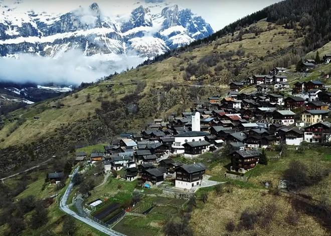 Được tặng 1,6 tỷ đồng nếu đến sống ở ngôi làng đẹp như mơ giữa lưng chừng núi - Ảnh 1.