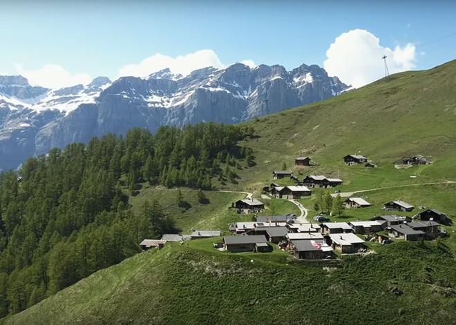Được tặng 1,6 tỷ đồng nếu đến sống ở ngôi làng đẹp như mơ giữa lưng chừng núi - Ảnh 3.
