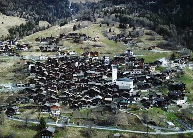 Được tặng 1,6 tỷ đồng nếu đến sống ở ngôi làng đẹp như mơ giữa lưng chừng núi - Ảnh 4.