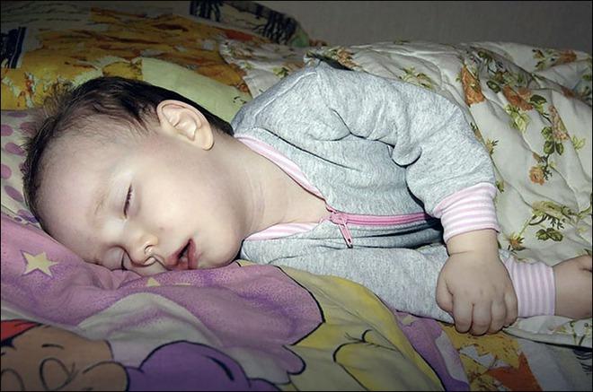 Con ngủ ngon, mẹ an tâm nghỉ ngơi nhưng vài giờ sau con vẫn không dậy, nguyên nhân thật bất ngờ - Ảnh 1.