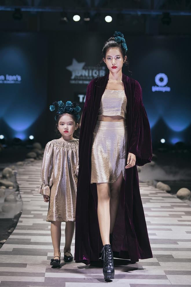 Hoa hậu Hương Giang, Trương Quỳnh Anh nắm tay con sải bước trên sàn catwalk ngày thứ 2 Tuần lễ Thời trang Thiếu nhi - Ảnh 17.