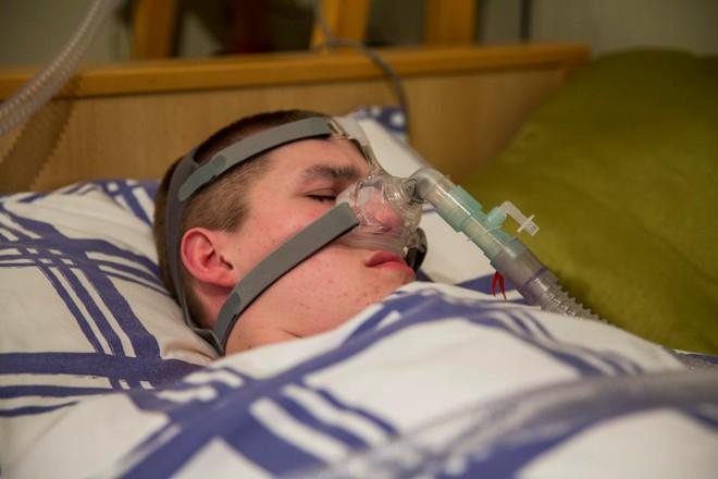"""Bất chấp """"lời nguyền Ondine"""" và chẩn đoán """"chỉ sống 6 tuần"""", cậu bé vẫn kiên trì kéo dài sự sống đến 18 tuổi - Ảnh 1."""