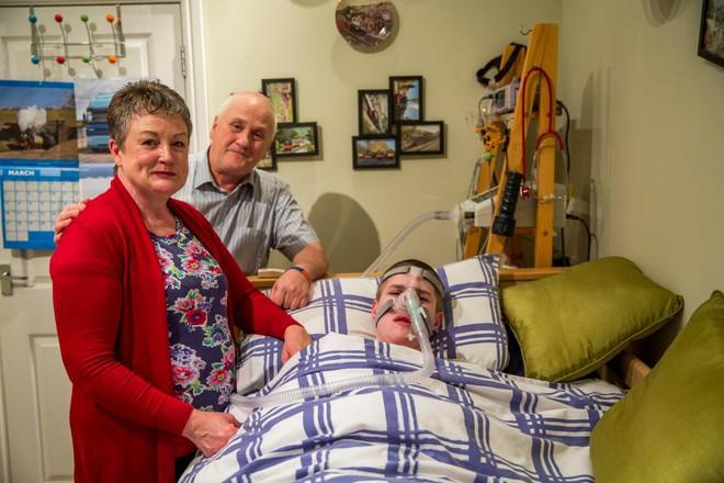 """Bất chấp """"lời nguyền Ondine"""" và chẩn đoán """"chỉ sống 6 tuần"""", cậu bé vẫn kiên trì kéo dài sự sống đến 18 tuổi - Ảnh 2."""