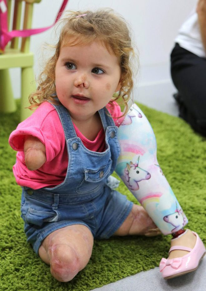 Nhìn móng chân của bé 3 tuổi được sơn sặc sỡ, chỉ có người vô tâm mới chỉ trích - Ảnh 3.