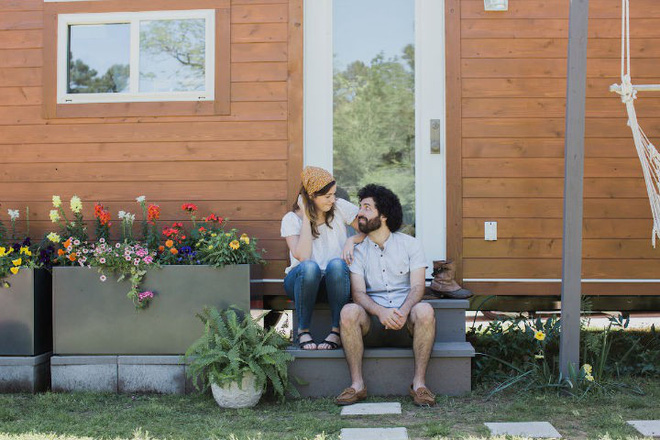 Ngôi nhà 28m² có trồng hoa trước hiên nhà vô cùng lãng mạn của cặp vợ chồng mới cưới - Ảnh 1.