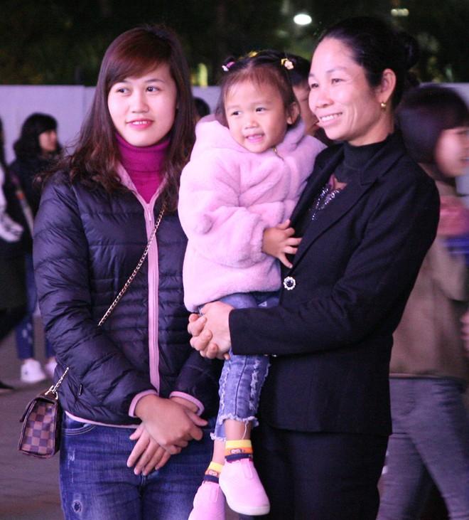 Hà Nội rét căm căm, hàng nghìn người dân vẫn ùn ùn kéo đến TTTM trong đêm check in trước lễ Giáng sinh - Ảnh 1.