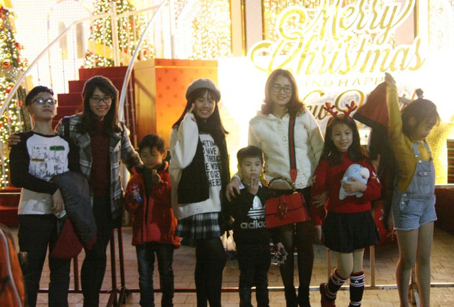 Hà Nội rét căm căm, hàng nghìn người dân vẫn ùn ùn kéo đến TTTM trong đêm check in trước lễ Giáng sinh - Ảnh 2.
