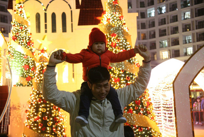 Hà Nội rét căm căm, hàng nghìn người dân vẫn ùn ùn kéo đến TTTM trong đêm check in trước lễ Giáng sinh - Ảnh 3.