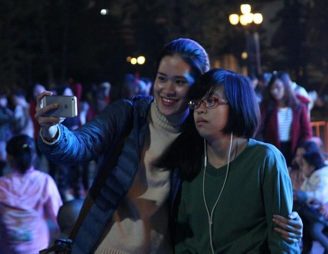 Hà Nội rét căm căm, hàng nghìn người dân vẫn ùn ùn kéo đến TTTM trong đêm check in trước lễ Giáng sinh - Ảnh 4.