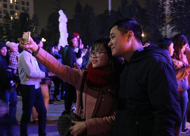Hà Nội rét căm căm, hàng nghìn người dân vẫn ùn ùn kéo đến TTTM trong đêm check in trước lễ Giáng sinh - Ảnh 5.