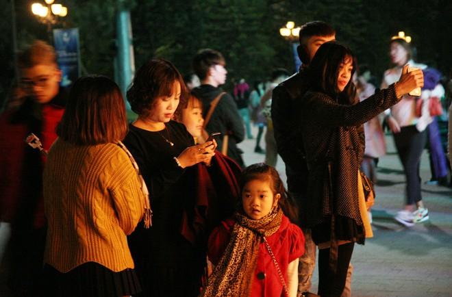 Hà Nội rét căm căm, hàng nghìn người dân vẫn ùn ùn kéo đến TTTM trong đêm check in trước lễ Giáng sinh - Ảnh 6.