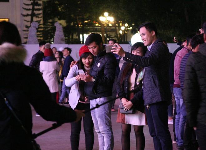 Hà Nội rét căm căm, hàng nghìn người dân vẫn ùn ùn kéo đến TTTM trong đêm check in trước lễ Giáng sinh - Ảnh 7.