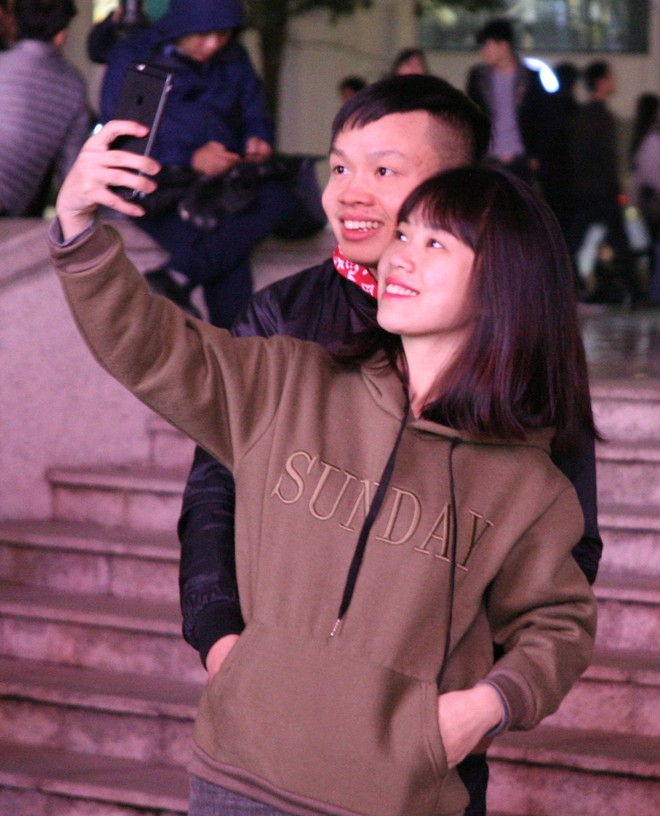 Hà Nội rét căm căm, hàng nghìn người dân vẫn ùn ùn kéo đến TTTM trong đêm check in trước lễ Giáng sinh - Ảnh 8.