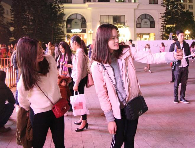 Hà Nội rét căm căm, hàng nghìn người dân vẫn ùn ùn kéo đến TTTM trong đêm check in trước lễ Giáng sinh - Ảnh 9.