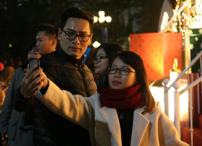 Hà Nội rét căm căm, hàng nghìn người dân vẫn ùn ùn kéo đến TTTM trong đêm check in trước lễ Giáng sinh - Ảnh 10.