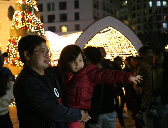 Hà Nội rét căm căm, hàng nghìn người dân vẫn ùn ùn kéo đến TTTM trong đêm check in trước lễ Giáng sinh - Ảnh 11.