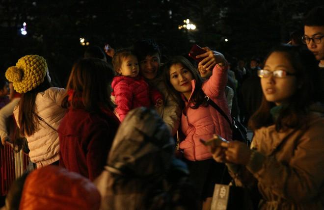 Hà Nội rét căm căm, hàng nghìn người dân vẫn ùn ùn kéo đến TTTM trong đêm check in trước lễ Giáng sinh - Ảnh 12.