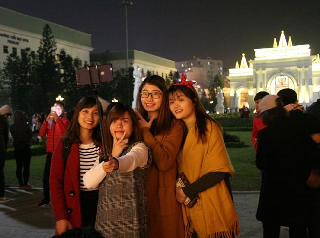Hà Nội rét căm căm, hàng nghìn người dân vẫn ùn ùn kéo đến TTTM trong đêm check in trước lễ Giáng sinh - Ảnh 13.
