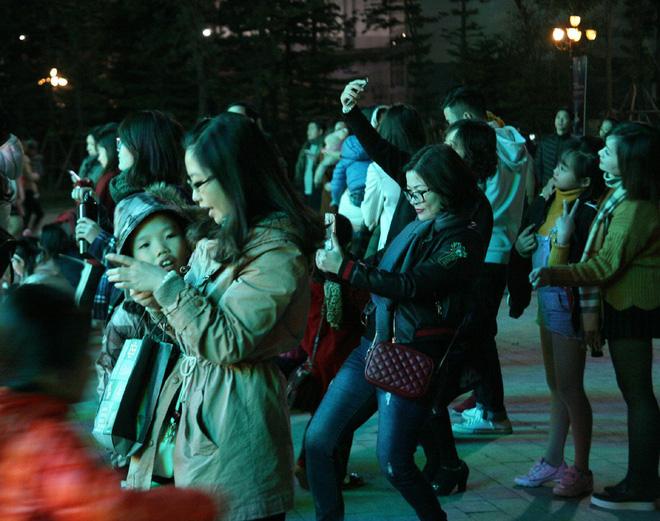 Hà Nội rét căm căm, hàng nghìn người dân vẫn ùn ùn kéo đến TTTM trong đêm check in trước lễ Giáng sinh - Ảnh 14.