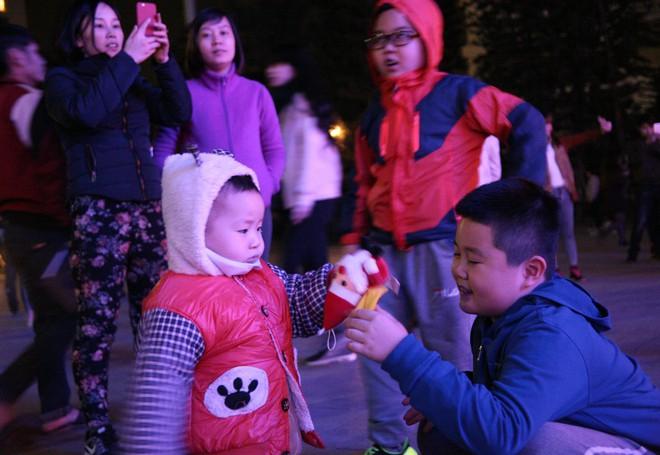 Hà Nội rét căm căm, hàng nghìn người dân vẫn ùn ùn kéo đến TTTM trong đêm check in trước lễ Giáng sinh - Ảnh 15.