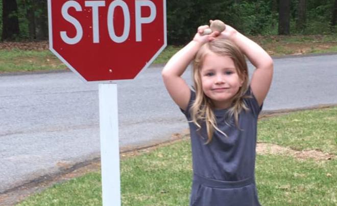 """Bé gái 4 tuổi lỡ miệng gọi """"ông già"""", mẹ chưa kịp mắng đã """"sững sờ"""" với phản ứng của ông - Ảnh 1."""