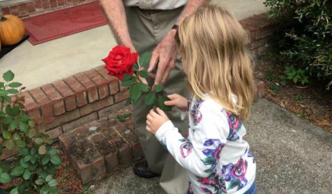 """Bé gái 4 tuổi lỡ miệng gọi """"ông già"""", mẹ chưa kịp mắng đã """"sững sờ"""" với phản ứng của ông - Ảnh 4."""