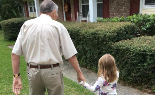 """Bé gái 4 tuổi lỡ miệng gọi """"ông già"""", mẹ chưa kịp mắng đã """"sững sờ"""" với phản ứng của ông - Ảnh 5."""