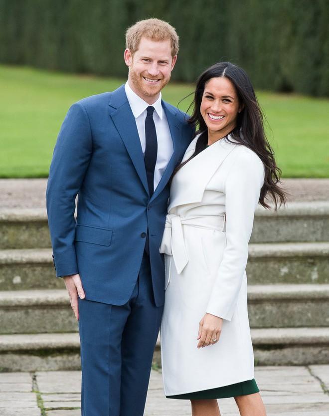Hé lộ 3 bản phác thảo váy cưới của hôn thê Hoàng tử Harry sẽ mặc tại lễ cưới Hoàng gia - Ảnh 1.