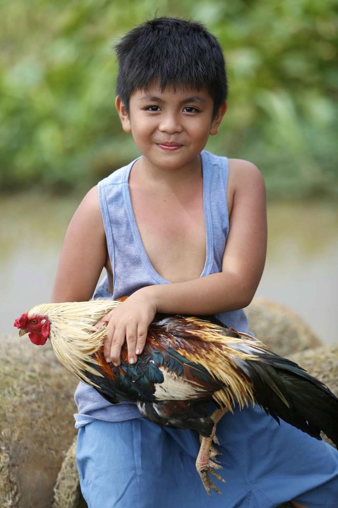 Lương Mạnh Hải bất ngờ xuất hiện đen nhẻm, lấm lem khi hóa... ông bố nông dân - Ảnh 5.