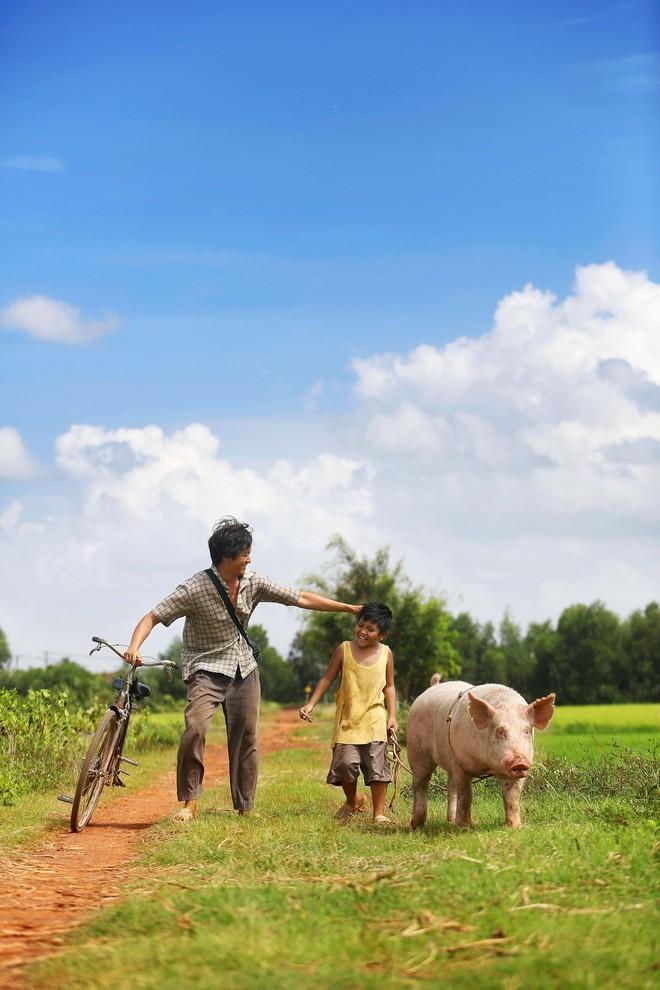 Lương Mạnh Hải bất ngờ xuất hiện đen nhẻm, lấm lem khi hóa... ông bố nông dân - Ảnh 3.