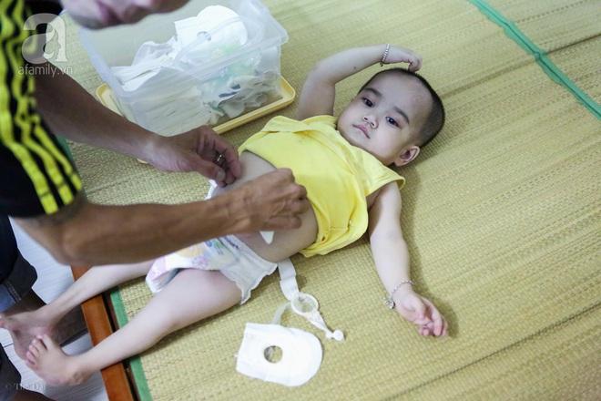 Một ngày của cô bé 4 tuổi không được đến trường, sống sót nhờ những chiếc băng vệ sinh và bao cao su - Ảnh 8.
